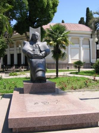 Памятник Дмитрию Гулиа в Сухуме